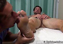 Inked gajo atraente clint tem meias e pés sugados enquanto bater punheta desligado