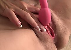 Horny gilf in heat remembers where to put in her dildo
