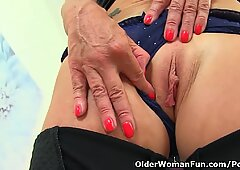 English gilf Sapphire Louise still loves fingering her fanny