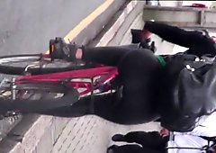 andando de bike com legging transparente 2