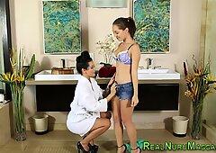 Les masseuse licks pussy