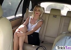 Blondie babe gets nailed in the backseat of the taxi