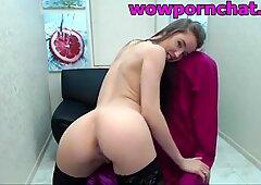girl shows her ass on webcam