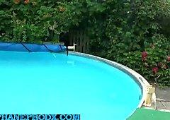 une blonde a gros seins baisee au bord de la piscine