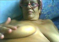 Macar ihtiyar kadın bir webcam'de